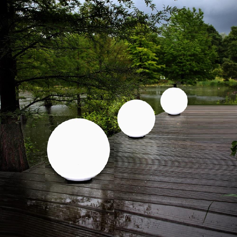 Gartenbeleuchtung mit Kugelleuchten als Weglampen