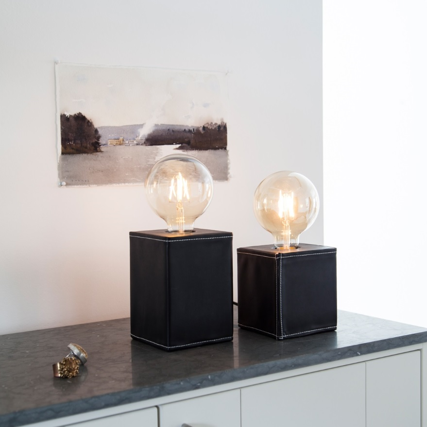 Tischlampen mit würfelförmigem Sockel und futuristischer Glaskugel vom Typ Dark, angeschaltet und in zwei Größen