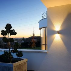 Up and Down LED-Wandleuchte für den Außenbereich mit Lichtaustritt nach unten und oben, in zwei Farben verfügbar
