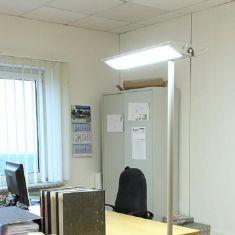 Büro-Stehleuchte mit 2-Stufen-Drehschalter für 50 oder 100 Prozent Leistung