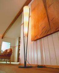 Domus Stehleuchte mit Holz und Lunopalschirm