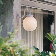 Klassische Aussenwandleuchte in weiß - Kugel Opalglas Ø25cm