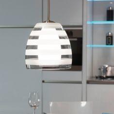 Moderne Pendelleuchte mit klar und weiß gestreiftem Glasschirm