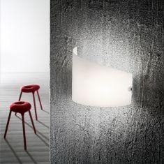 Schlichte Wandleuchte mit gebogenem Glas weiß