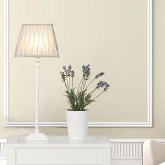 Tischleuchte mit Holzfuß und Stoffschirm in Weiß