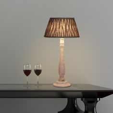 Tischleuchte mit Holzfuß Weiß gewischt und Stoffschirm in Grau