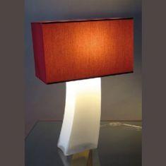Tischleuchte mit rotem Stoffschirm und opalem Fuß