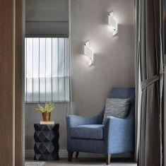 Weiße LED-Wandleuchte Fanes in zwei Größen