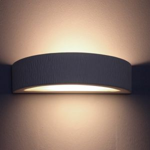 Indirektes Licht mit der Wandleuchte Omega E aus Gips