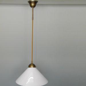 Pendelleuchte in altmessing mit opal-weißem Glasschirm