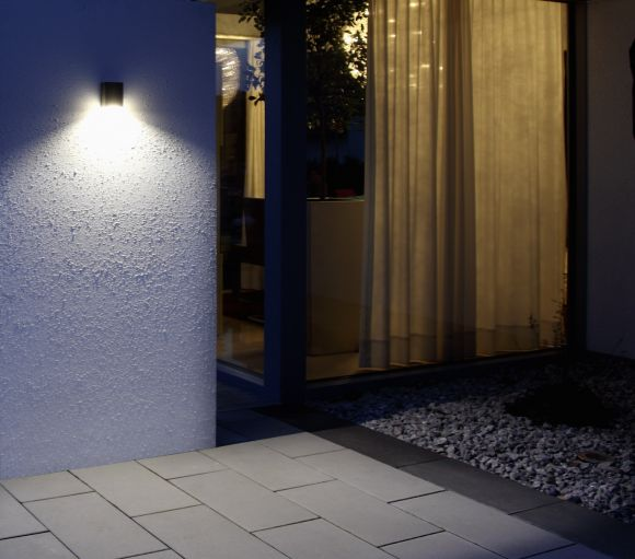 Eckige LED-Außenwandleuchte in vier Farben erhältlich