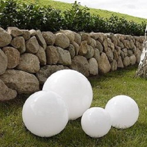 LHG Kugelleuchten 4er Set 15, 20, 25 & 30cm für Außen mit Erdspieß & Stromkabel, Garten Kugellampen aus weißem Kunststoff, IP44 Outdoor geeignet, E27 Fassung