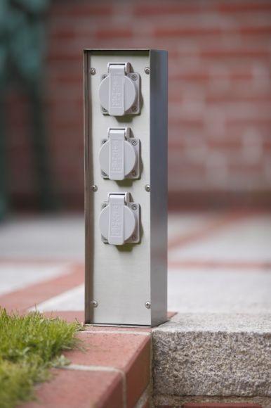 Steckdosensäule mit Flachdach aus Edelstahl mit 3 Schukosteckdosen IP44 spritzwassergeschützt