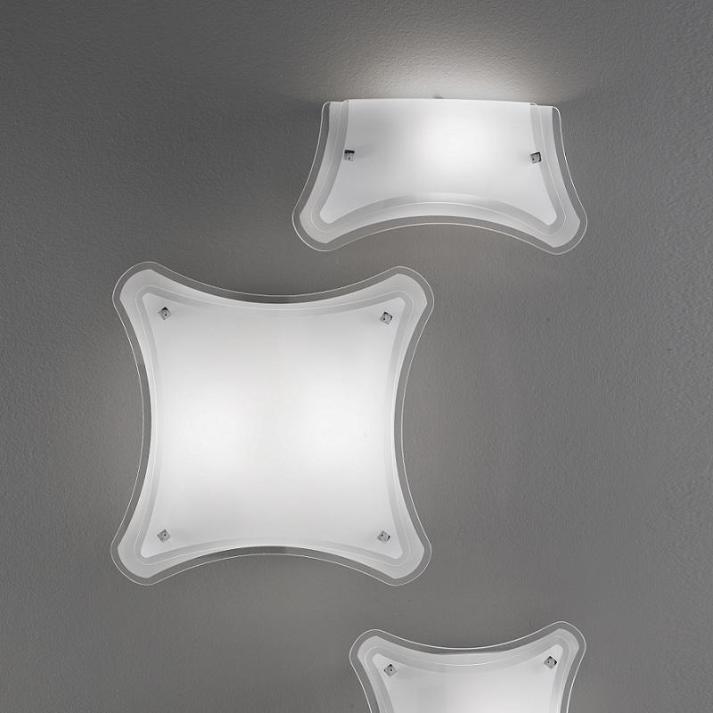 Wandleuchte mit teilsatiniertem Glas in attraktiver Gestalt