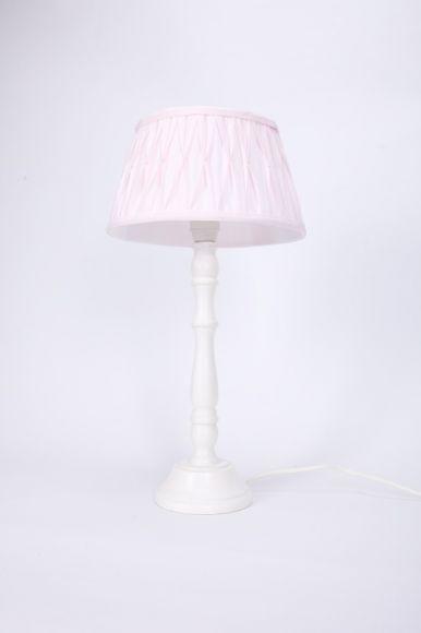 Tischleuchte mit Holzfuß und Stoffschirm in Rosa