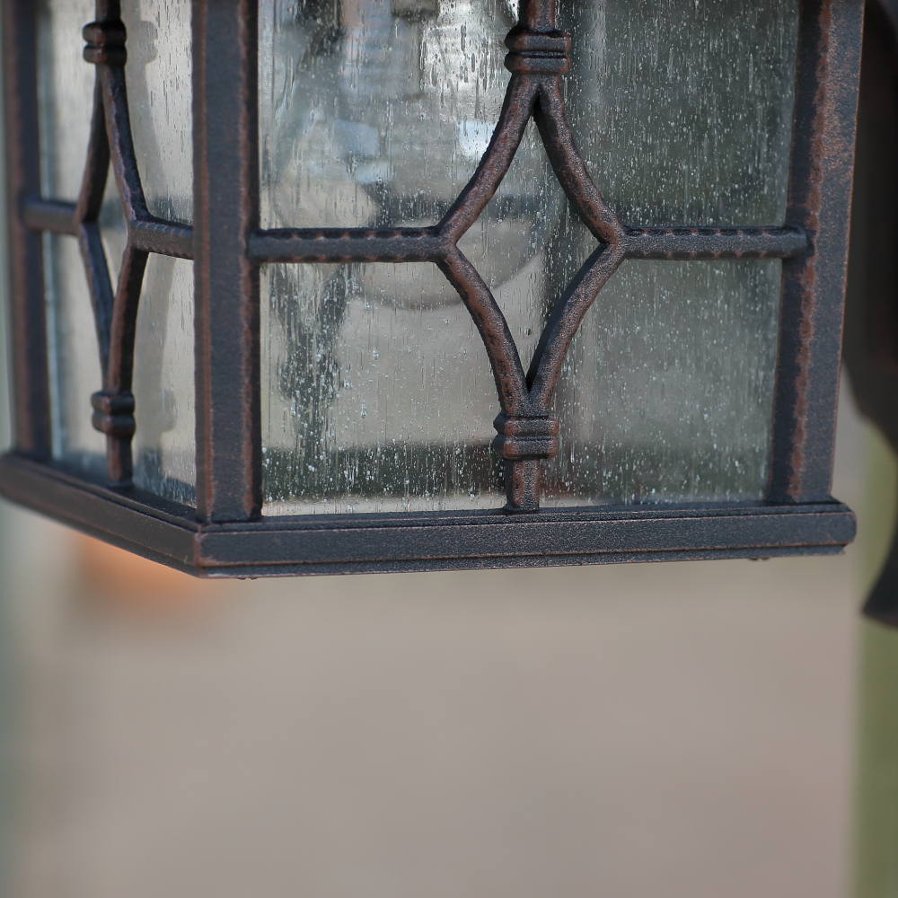 Rostfarbige Außenwandleuchte mit geriffeltem Glas
