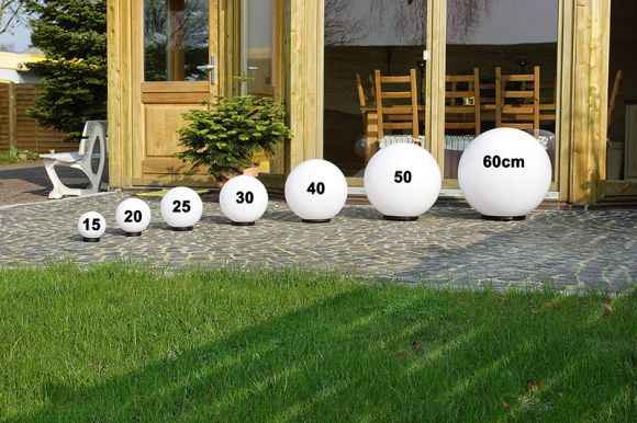 LHG Kugelleuchten 2er Set 25 & 30cm für Außen mit Stromkabel, Garten Kugellampen aus weißem Kunststoff, IP44 Outdoor geeignet, E27 Fassung