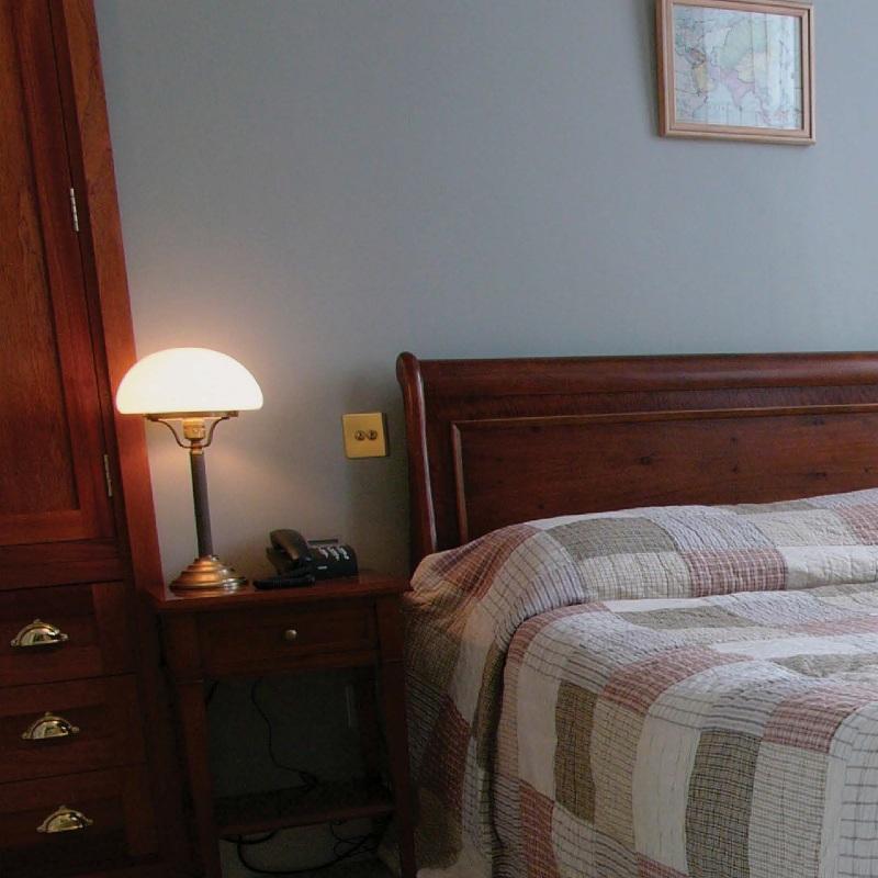 klassische tischleuchte aus berliner messing oder messing antik mit glas in opal oder elfenbein. Black Bedroom Furniture Sets. Home Design Ideas