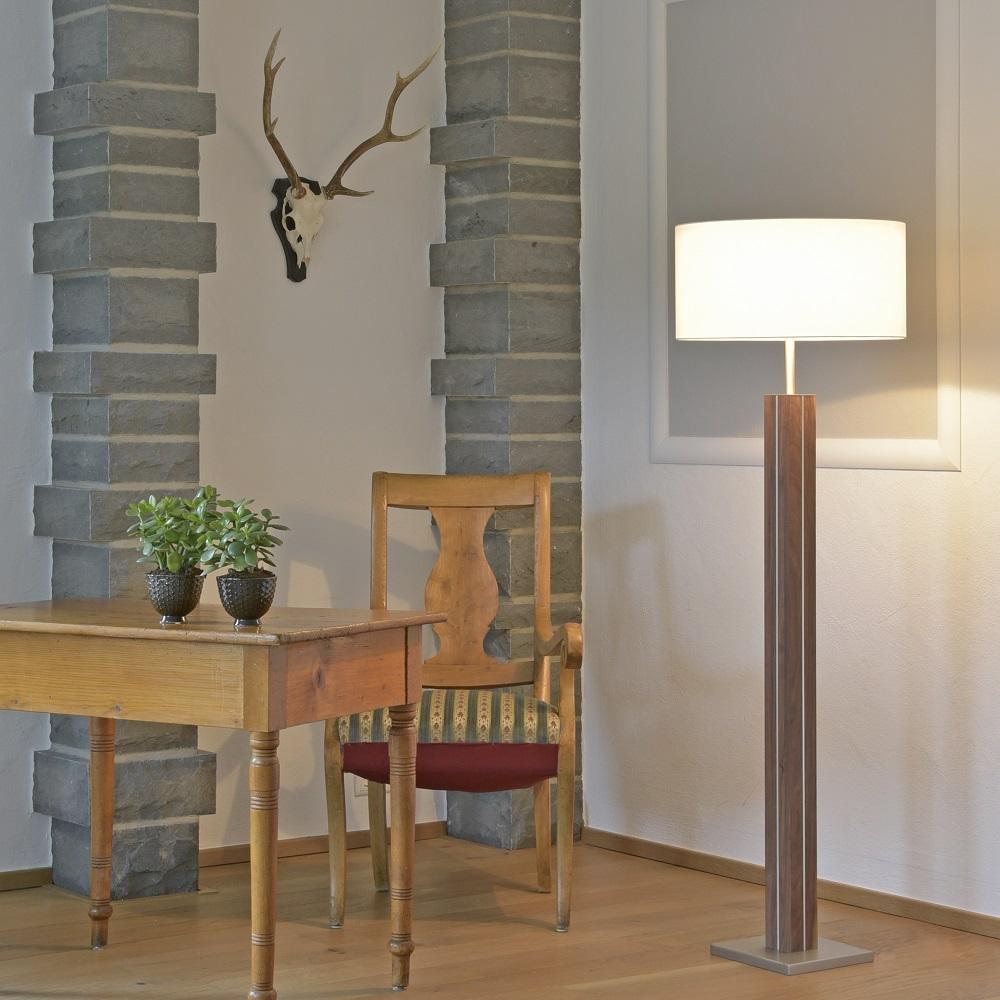 stehleuchte dana von herzblut mit holz nussbaum nu baum. Black Bedroom Furniture Sets. Home Design Ideas
