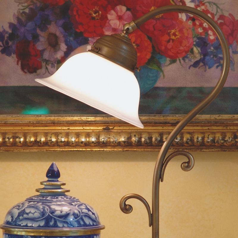 tischleuchte in berliner messing oder antik mit verstellbarem gew lbtem glasschirm wohnlicht. Black Bedroom Furniture Sets. Home Design Ideas