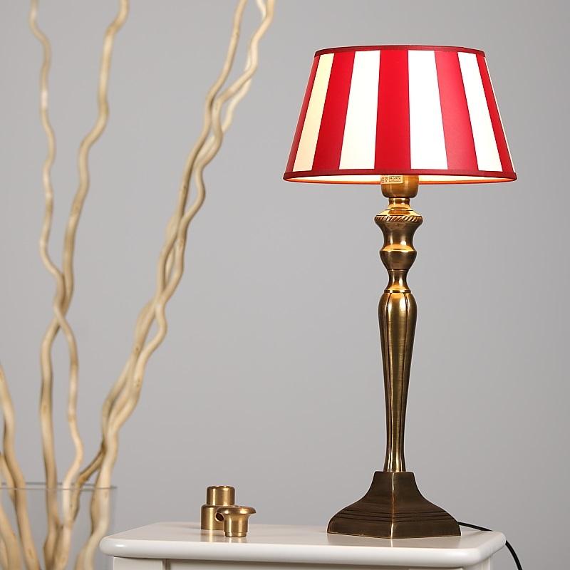 tischleuchte mit fu in messing antik bronze und rot cremefarbenen schirm wohnlicht. Black Bedroom Furniture Sets. Home Design Ideas