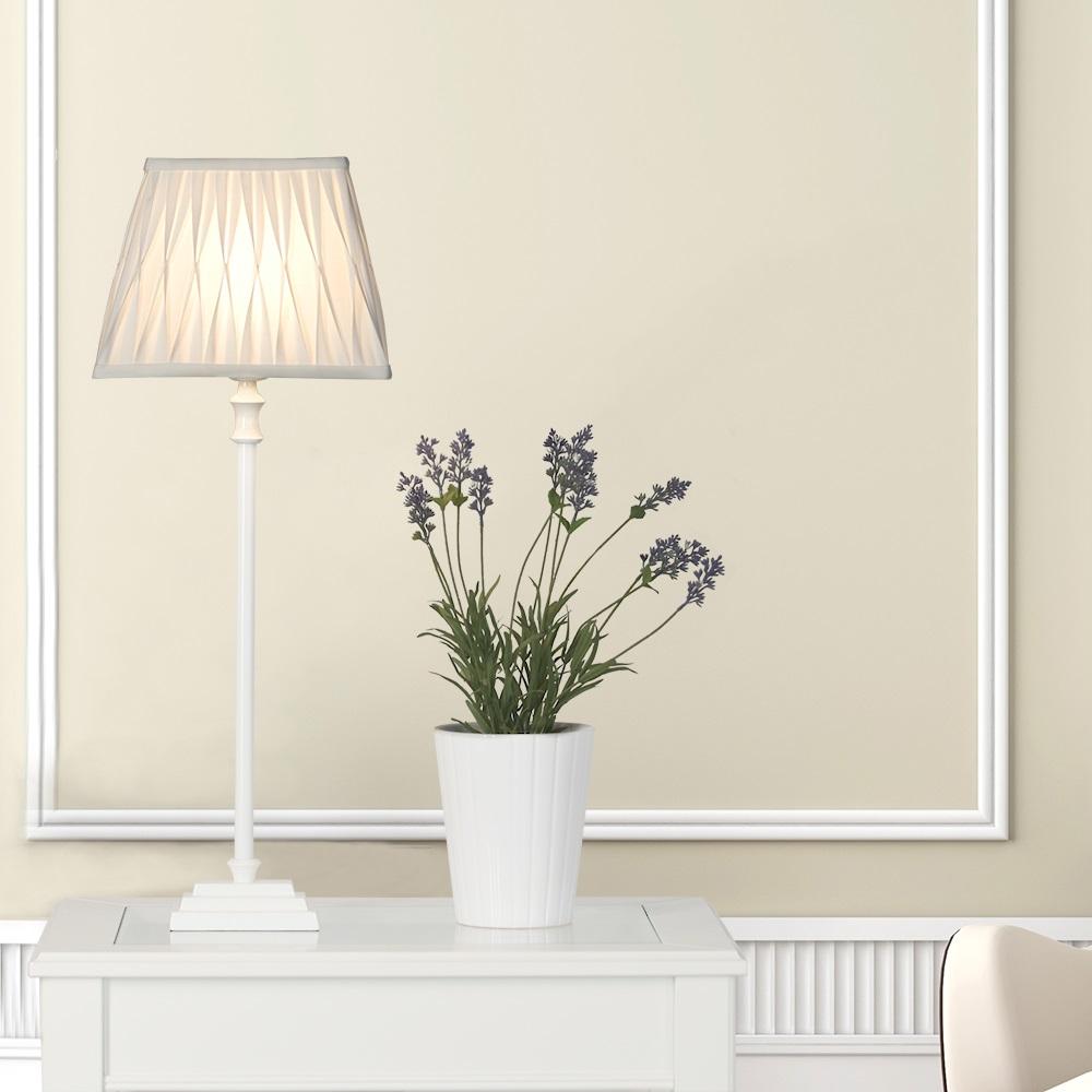 tischleuchte mit holzfu und stoffschirm in wei wohnlicht. Black Bedroom Furniture Sets. Home Design Ideas